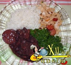 prato de feijoada, couve e farofa: brasileiro