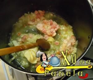 fritando o bacon, cebola e alho na manteiga