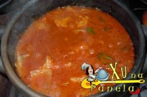 colocando o molho de tomate e o peixe merluza