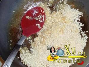 frite o arroz com manteiga e cebola