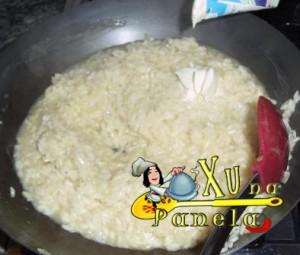colocando creme de leite no risoto