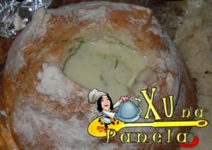 enchendo o pão com o creme de palmito