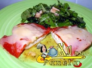 salada de rucula e frango vesuvio com pimentão