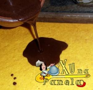 calda de chocolate no bolo de cenoura
