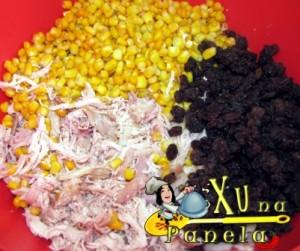 frango defumado, milho e uvas passas