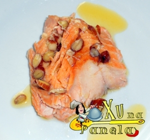 salmão assado ao molhe de amêndoas