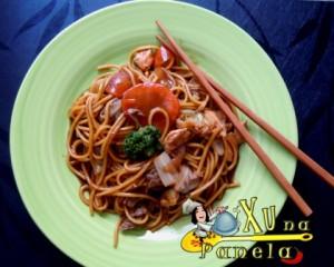 yakissoba de carne, frango e legumes
