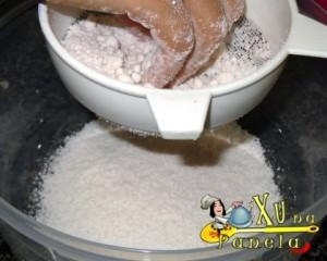 peneirar a massa da tapioca