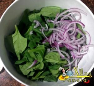 espinafre e cebola roxa
